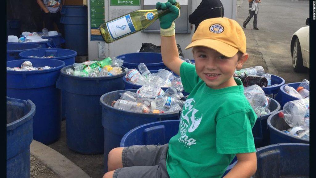 Ryan verzamelt plastic flessen