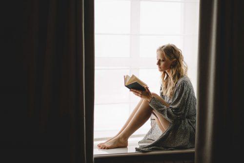 lezen in de vensterbank